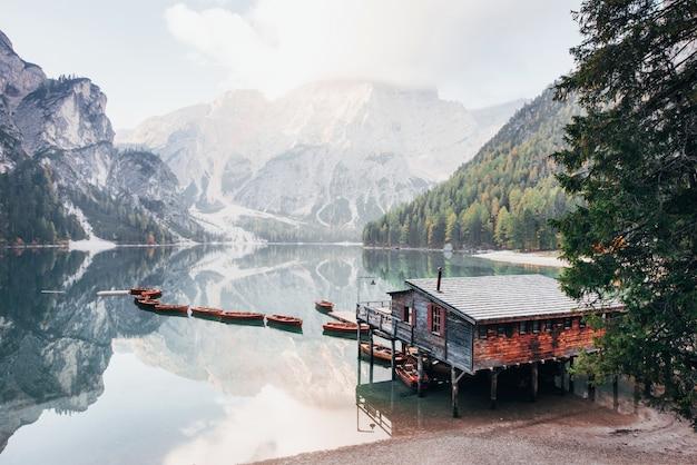 Il n'y a personne en ce moment. bon paysage avec montagnes. lieu touristique avec bâtiment en bois et poire