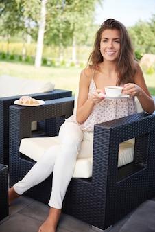 Il n'y a rien de mieux que le café dans le jardin