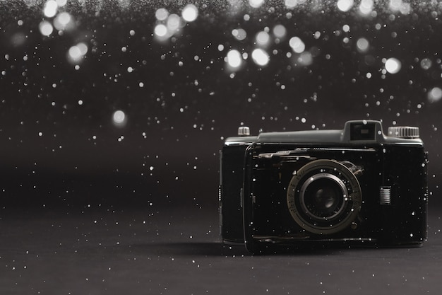 Il y a un appareil photo vintage sur le fond noir