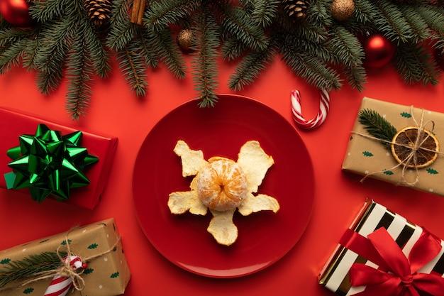 Il y a une assiette de mandarines sur la table de noël