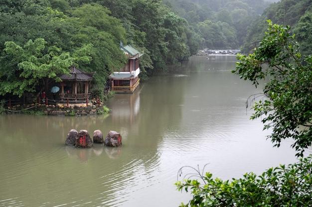 Il y a des bateaux, des ponts et de l'eau courante sur le lac