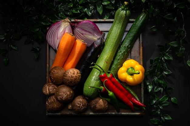 Il y a divers légumes et ingrédients de salade