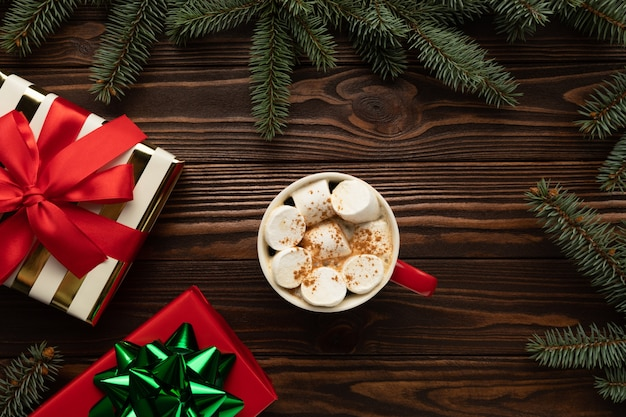 Il y a une tasse de chocolat chaud avec des guimauves sur la table
