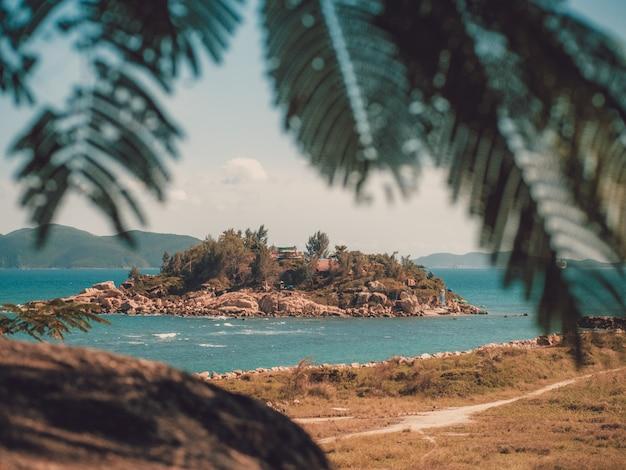 Île abandonnée dans l'océan près de la baie