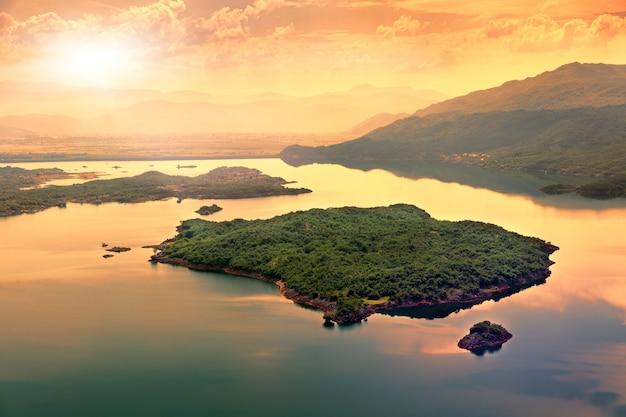 Île au coucher du soleil