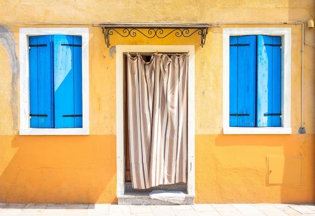 Ile de burano, près de venise. maisons colorées traditionnelles pendant une journée ensoleillée.