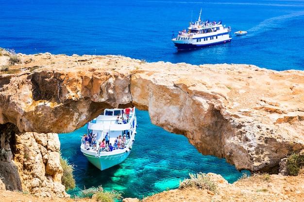 Île de chypre, excursions en bateau dans les gruaux et les grottes.