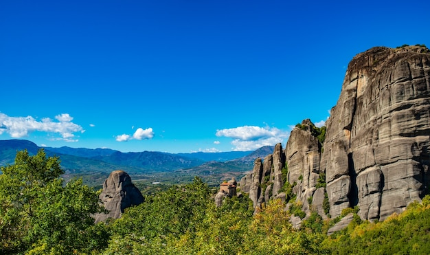 L'île de corfou en mer ionienne. grèce. vue du magnifique paysage de montagnes verdoyantes avec des arbres et des buissons en journée ensoleillée, ciel bleu sans nuages.