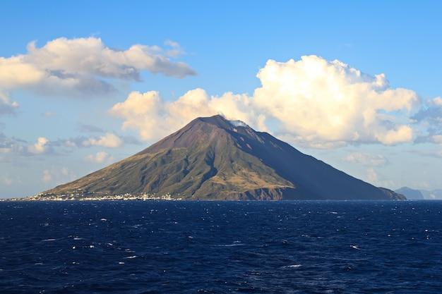 Île du volcan stromboli dans la mer méditerranée sicile italie