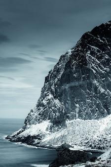 Île enneigée en hiver au bord de l'océan