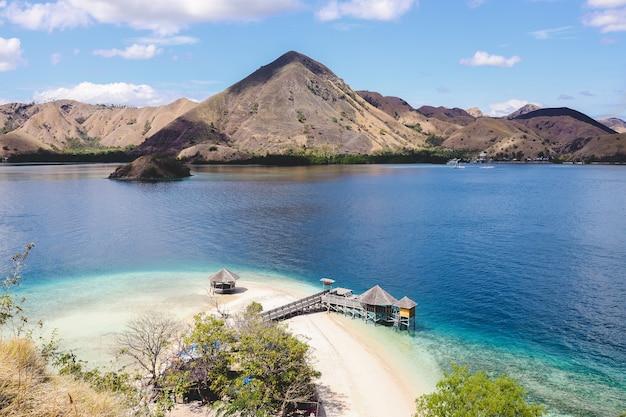 Île exotique et belvédère sur la plage avec paysage marin et collines