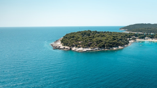 Île en forme de coeur en mer adriatique en croatie