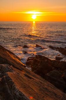 Île de higer à côté de la côte à hondarribia, pays basque sud.