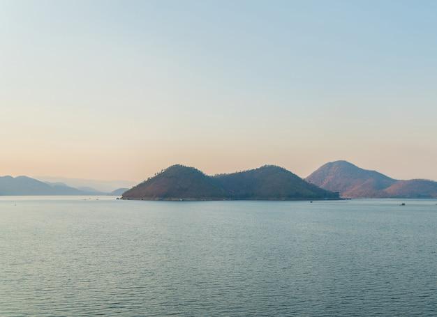 Île sur le lac