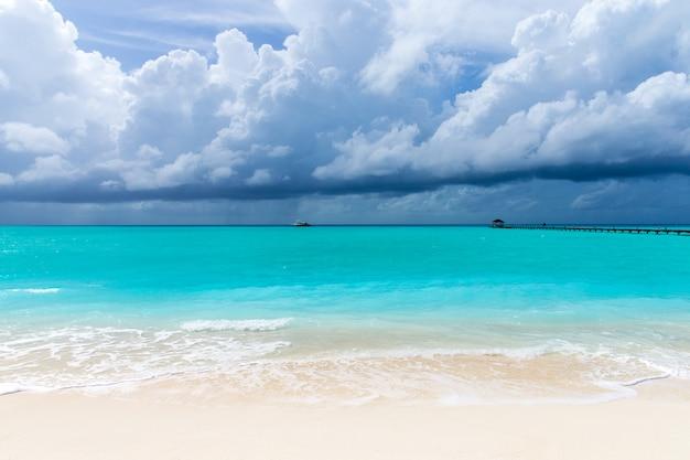 Île des maldives avec plage de sable blanc et mer