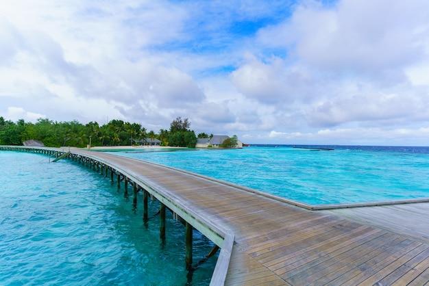 Île des maldives, république des maldives - 2 mars 2017 : pont en bois et belle mer cristalline sur l'île tropicale des maldives