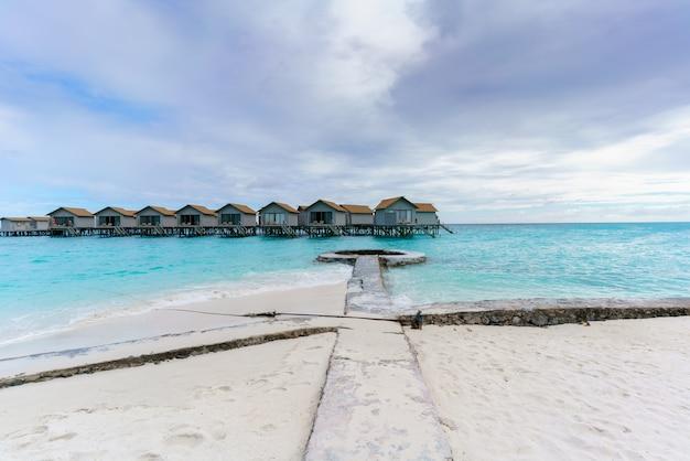 Île des maldives, république des maldives - 2 mars 2017 : villas de luxe sur l'eau dans l'île tropicale des maldives, située dans l'océan indien