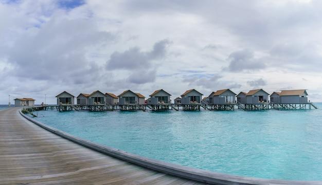 Île des maldives, république des maldives - 2 mars 2017 : villas panoramiques de luxe sur l'eau dans l'île tropicale des maldives