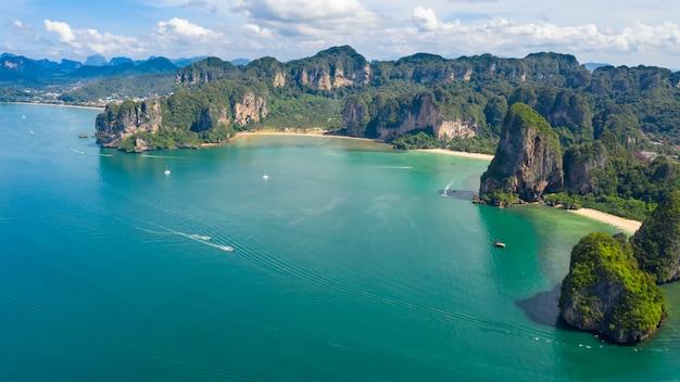 Île de paysage marin nature et forêt verte de montagne avec vue aérienne de plage de sable