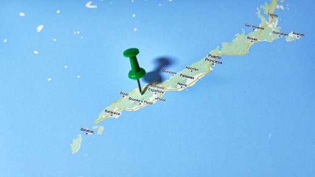 L'île philippine de palawan dans la mer de chine méridionale sur une carte montrant une épingle de couleur