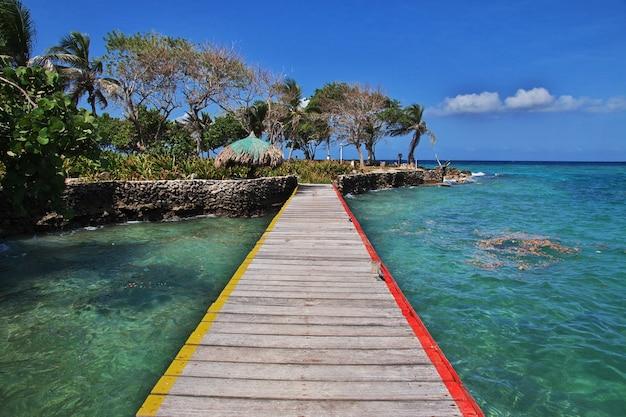 L'île des pirates dans la réserve naturelle de rosario, mer des caraïbes, carthagène, colombie