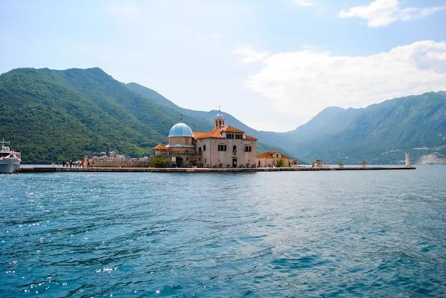 L'île pittoresque dans la mer bleue