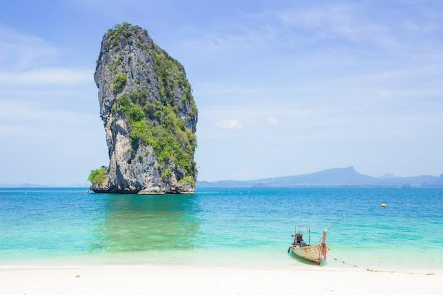 Île privée de thaïlande voyage en mer dans le concept de saison d'été avec un espace pour le texte