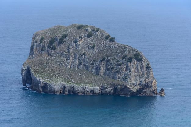 Île rocheuse et eaux calmes