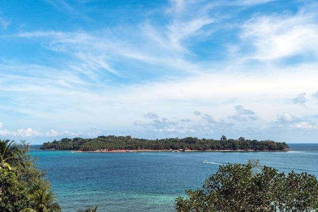 L'île de ross est la vue de dessus. une petite île au centre de l'océan. sur fond de ciel bleu et nuages