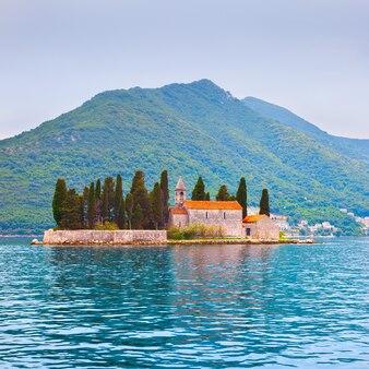L'île saint-georges dans la baie de kotor près de la ville de perast, monténégro - paysage aquatique