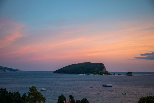 L'île de saint-nicolas au lever du soleil ligths à budva monténégro