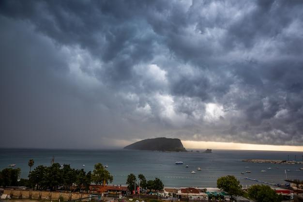 L'île saint-nicolas par temps nuageux et orageux au monténégro