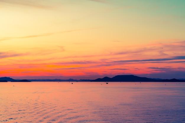 Île de silhouette avec coucher de soleil dans une lumière colorée