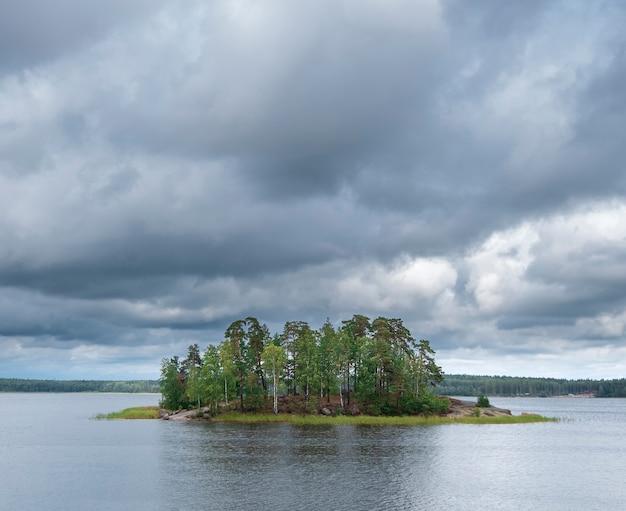 Île solitaire dans le golfe de finlande dans le parc naturel de monrepo près de vyborg