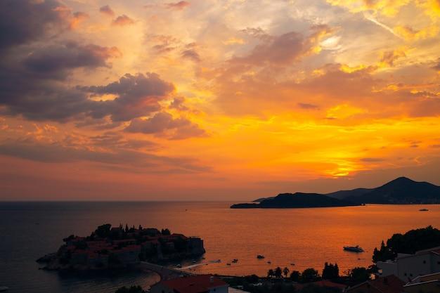 Île de sveti stefan au coucher du soleil