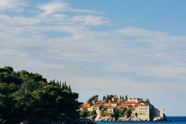 Île de sveti stefan gros plan de l'île dans l'après-midi