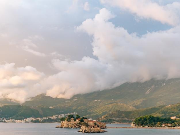 Île de sveti stefan vue depuis la plage