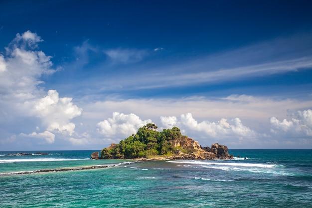 Île tropicale dans l'océan.
