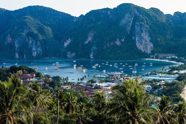 Île tropicale avec des stations phi-phi île krabi province thaïlande
