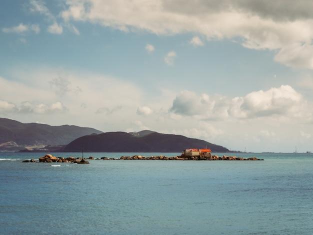 Îles dans l'océan avec ciel nuageux