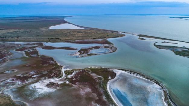 Îles inhabituelles sur le lac sivash, vue de dessus, caméra drone