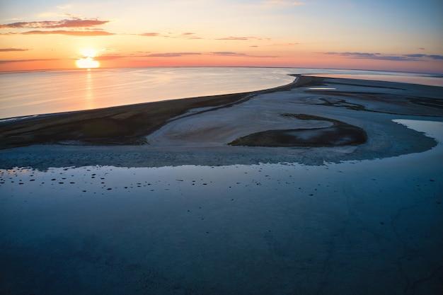Îles insolites sur un lac brillant, vue aérienne