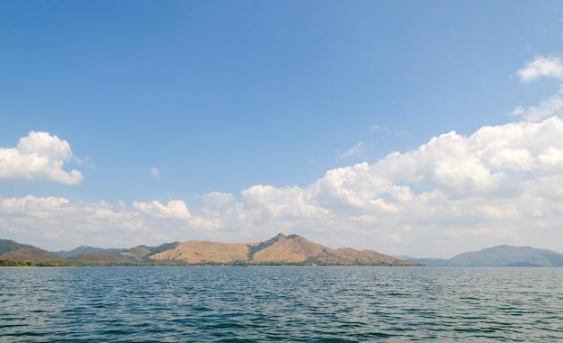 Iles de réservoir dans un site tropical, thaïlande