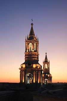 Illumination magnifique clocher de la basilique cathédrale de arequipa contre ciel crépuscule, arequipa, pérou