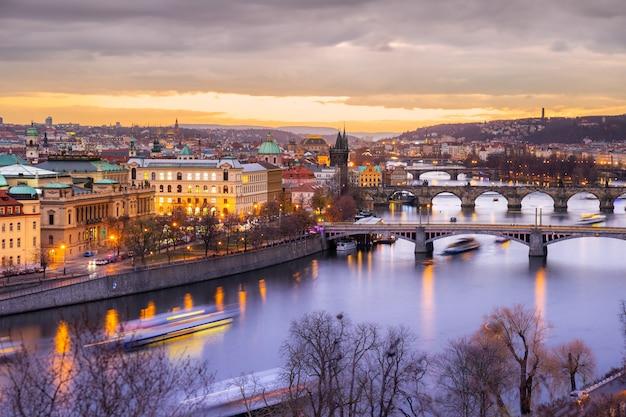 Illuminé prague au coucher du soleil en hiver à prague, tchéquie
