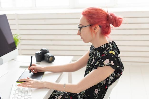 Illustrateur graphiste animateur et créateur de concept artiste femme avec de beaux cheveux roux et