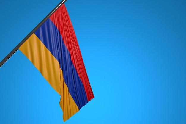 Illustration du drapeau national de l'arménie sur un mât en métal flottant contre le ciel bleu