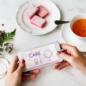 Illustration des soins de la peau de relooking de cosmétiques de beauté sur téléphone mobile