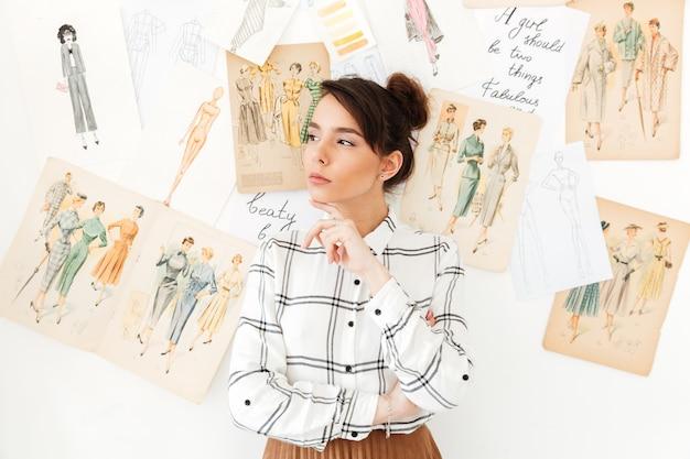 Illustratrice de mode femme pensée sérieuse