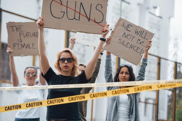 Ils pensent que l'avenir est féminin. un groupe de femmes féministes protestent pour leurs droits en plein air